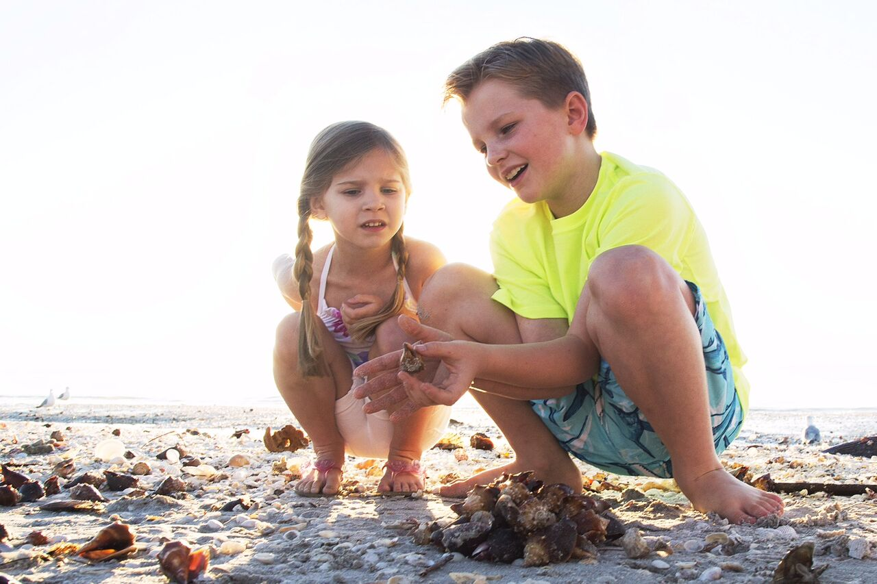 kids playing with fighting conchs